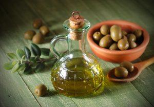 Una buena razón para comprar aceite de oliva virgen extra es para integrarlo con tus recetas de cocina o cosméticas
