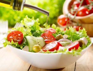 El aceite de oliva es el condimento perfecto para ensaladas