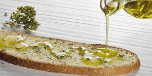 Aceite de oliva picual en una rebanada de pan