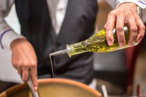 algunos optan por condimentar el aceite de oliva con hierbas frescas, como el romero