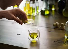 es un aceite que tiene unas características sensoriales muy bien definidas que lo diferencian del resto de los aceites monovarietales