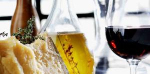 El aceite de oliva y el vino son dos compañeros inseparables
